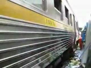 На рынке в Индии можно попасть под поезд